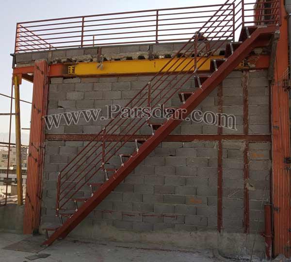 راه پله فلزی پشت بام